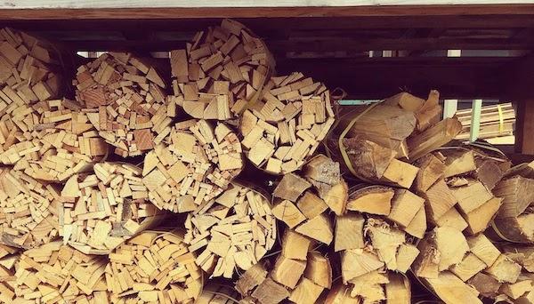 左の方は針葉樹の薪(画像引用:株式会社かさい材木店様)