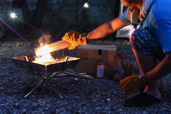 が消えないように少しずつ細いものから順に焚付け材やスギの葉などをくべる